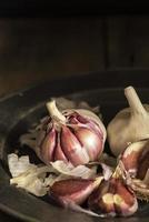 gousses d'ail fraîches dans un éclairage naturel avec un style vintage photo