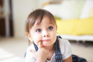 petite fille écoute et pense photo