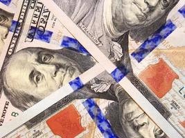 billets de banque de cent dollars isolés photo