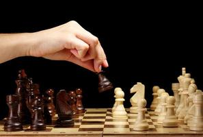échiquier avec pièces d'échecs isolé sur fond noir photo