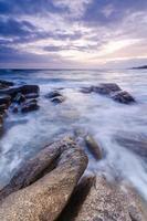 pierres de mer au coucher du soleil photo