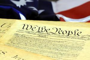 Constitution américaine et drapeau américain photo