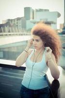 jeune, beau, longs cheveux bouclés, hipster, femme, écoute, musique