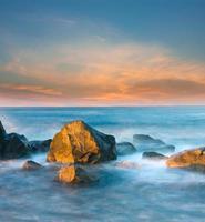 pierres dans l'eau de mer photo