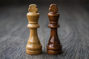 pièces d'échecs sur une table en bois photo
