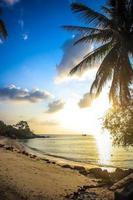 beau coucher de soleil au-dessus de la mer sur koh phangan photo
