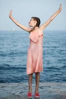 belle fille sur la jetée. mer photo