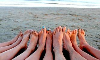 dix pieds d'une famille dans la station balnéaire photo