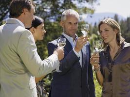 les gens qui boivent du vin. photo
