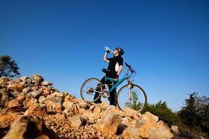 cycliste de l'eau potable. photo