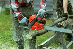 couper la tronçonneuse à bois photo