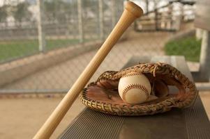 baseball et bat contre le banc photo