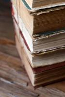 vieux livres sur table close-up photo