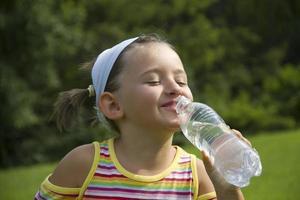 eau potable fille photo