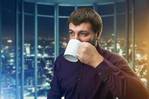 homme buvant du café photo