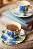 thé dans les tasses bleues