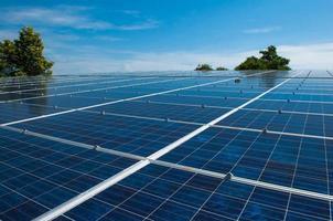 panneau solaire sur un toit d'habitat photo