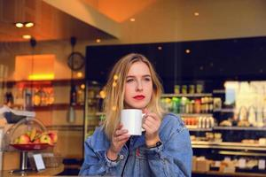 fille blonde boire photo