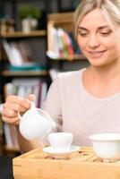 boire du thé parmi les livres