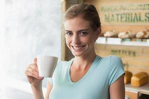 femme souriante, boire du café photo