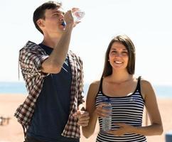 jeune couple, boire, eau photo