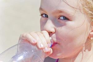 jolie fille, eau potable photo