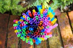 pailles colorées - gros plan photo
