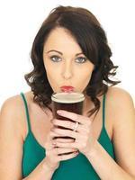 jolie jeune femme buvant de la bière photo