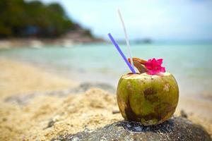 boisson de noix de coco avec fleur pourpre photo