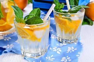 boire avec des oranges et de la menthe