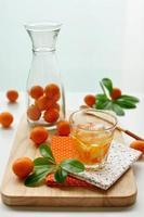 fruits buvant sur la table photo