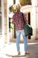 homme de voyage avec sac et carte photo