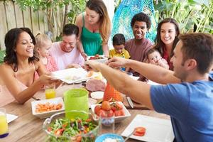 groupe de familles bénéficiant d'un repas en plein air à la maison