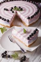 Beau gâteau au fromage aux groseilles haché gros plan vertical photo