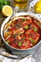 cuisses de poulet cuites dans une sauce aigre-douce. photo