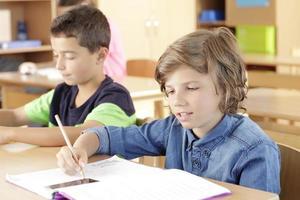 les enfants sont assis dans la salle de classe