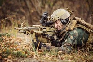soldat vise une cible d'armes photo