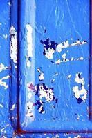 peinture à ongles dans la porte bleue et rouillée