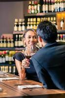 couple asiatique, boire du vin rouge photo