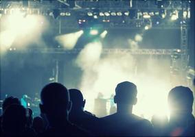 applaudir la foule devant les lumières de la scène - photo rétro