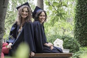 filles diplômées heureux dans le parc