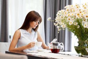 jeune femme, boire, thé photo