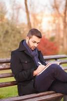 jeune homme, écriture, sur, a, banc parc