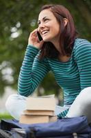 gai étudiant décontracté assis sur un banc téléphoner photo