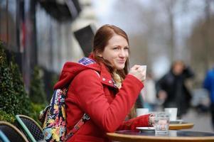 jeune femme, boire café photo