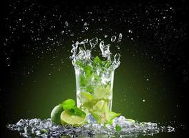 boisson mojito glace avec splash photo