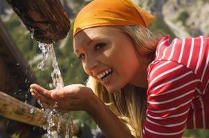 femme blonde, eau potable, portrait photo