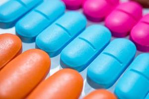 de nombreuses pilules colorées photo