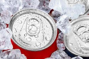canettes de boisson dans la glace pilée photo