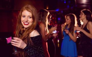 jolie rousse buvant un cocktail photo